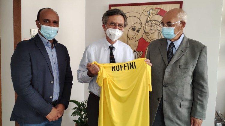Prefeito do Dicasterio para a Comunicação Paolo Ruffini recebe a camiseta do time do Vaticano