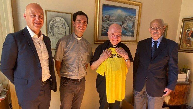 Cardeal Comastri recebe a camiseta do time vaticano