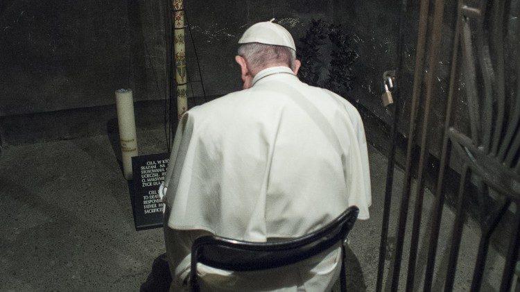 Papa Francisco em oração na sela de São Maximiliano Kolbe