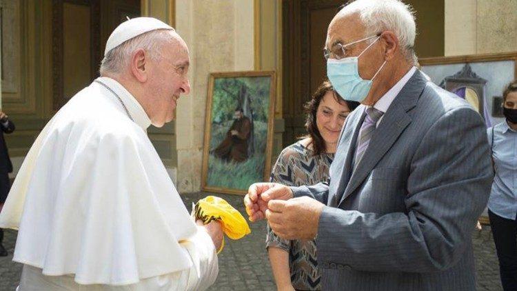 Papa recebe a camiseta do time de futebol do Vaticano